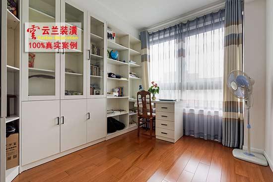 发布时间:2016-10-31 17:40   家庭装修中,木工板无论如何都省不掉的,就算我们广大家庭装修者不用木工板打吊柜壁橱什么的。但如客厅里要吊顶,那我们广大家庭装修者自然就会用上木工板。但我们广大家庭装修者并不是木匠,或长期干家装这一块的,对家装木工板要求自然也不甚了解。今天笔者采访了上海家装界已干木工活十三年的师傅,他介绍了如何挑好的木工板的经验,现特飨我们广大家庭装修者。    挑选大品牌的木工板,安全系数相对高于小品牌和三无者   我们广大家庭装修者,在选择木工板的时候,最好是选择比较大的品
